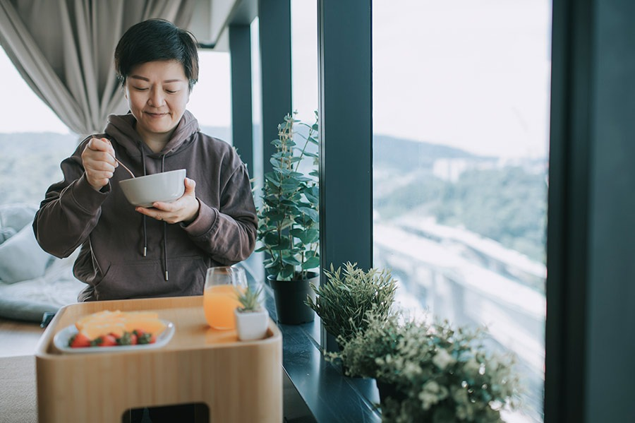 lady eating from a bowl, woman enjoying the benefits of mindful eating